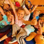 Pierwsza pomocy w ZSS w Rybniku. Pluszakowe Pogotwie i Fundacja kumak uczyły pierwszej pomocy
