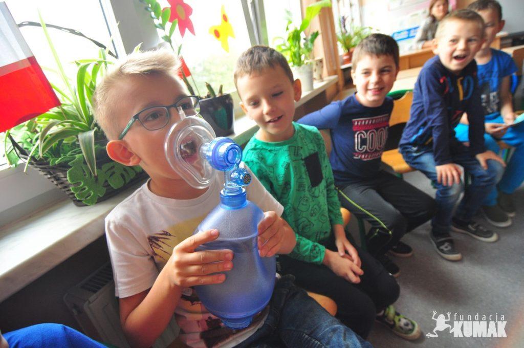 Uczniowie szkoły podstawowej nr 12 w Rybniku Zebrzydowicach biora udział w zajęciach Pluszakowe POgotowie zorganizowane przez Fundację Kumak