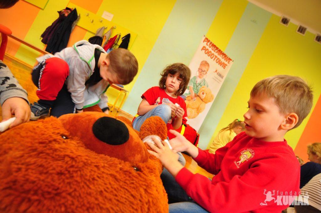 Pierwszaki z Zespołu Szkół Sportowych w Rybniku, Pluszakowe Pogotowie i Fundacja Kumak